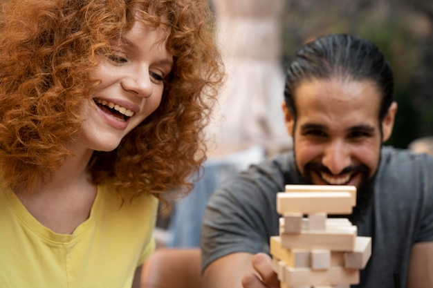 Bliska uśmiechniętych przyjaciół grających w grę