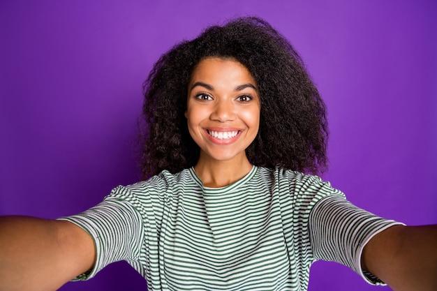 Bliska wesoła śliczna afro-amerykańska dziewczyna zrobić selfie