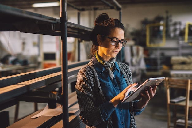 Bliska widok pracowitych skoncentrowanych profesjonalnych zmotywowanych przedsiębiorstw