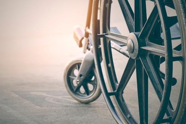 Bliska widok wózka inwalidzkiego z symbolem niepełnosprawności chodnika