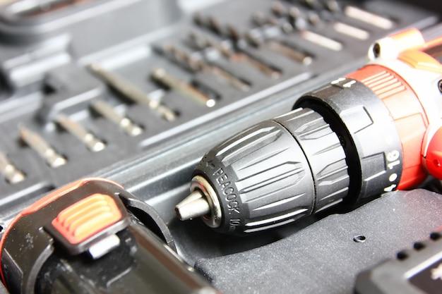 Bliska wiertarka elektryczna w zestawie diy box