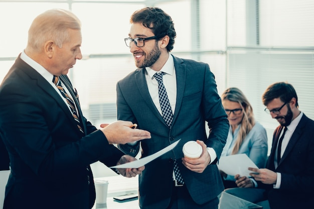 Bliska współpracowników biznesowych omawiających dobre wieści