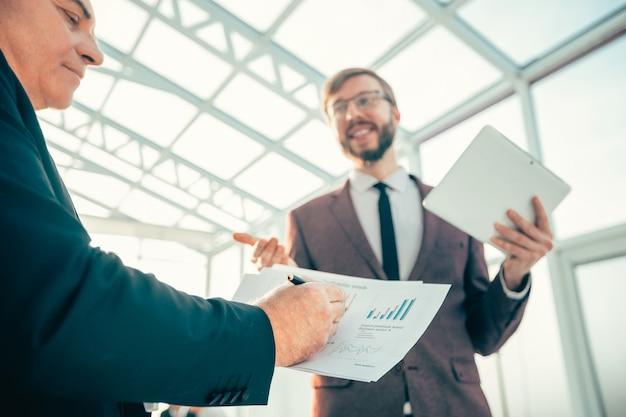 Bliska współpracowników biznesowych omawiających obecną koncepcję biznesową sytuacji finansowej