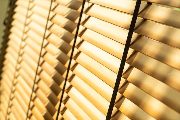 Bliska żaluzja bambusowa, bambusowa zasłona, kurczaczek, żaluzja wenecka lub żaluzja przeciwsłoneczna - punkt zmiękczania ostrości