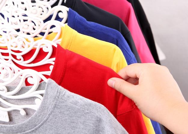 Bliska zbiór kolorowych t-shirtów wiszących z miejsca na kopię.