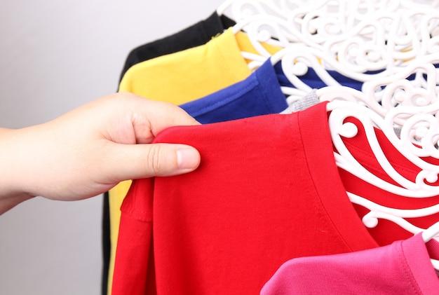 Bliska zbiór wiszących kolorowych koszulek.