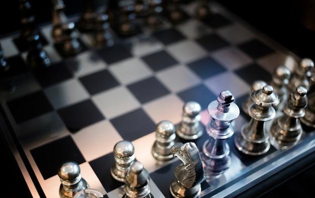 Bliska żelazny charector gry w szachy na płycie stalowej dla koncepcji sportu