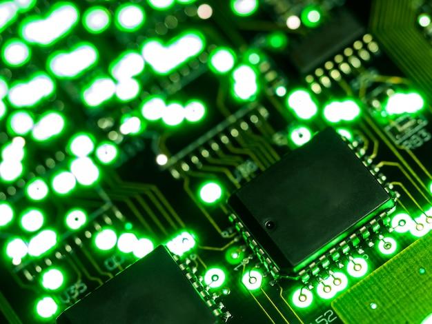 Bliska zielonej płytki drukowanej. elektroniczna technologia komputerowa.