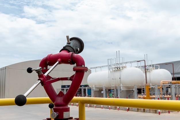 Bliska zraszacz przeciwpożarowy z tłem zbiornika oleju opałowego