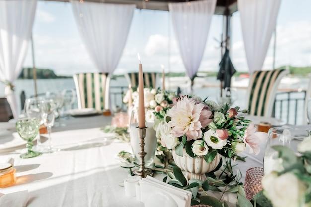 Bliski stół serwowany na ucztę weselną