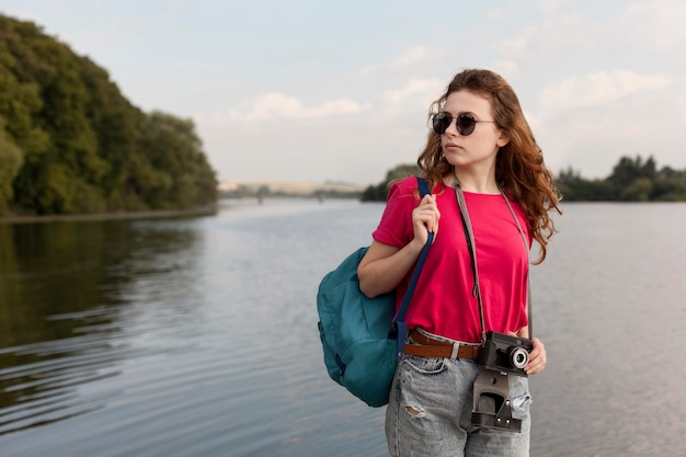 Bliski strzał kobiet stwarzających przed jeziorem