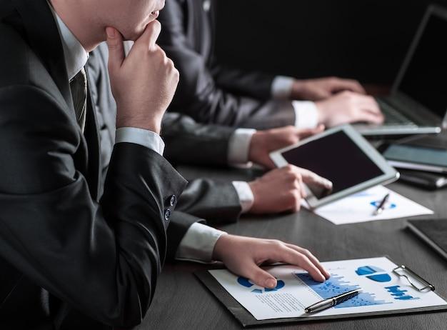 Bliski zespół upbusiness analizujący koncepcję biznesową dokumentów finansowych