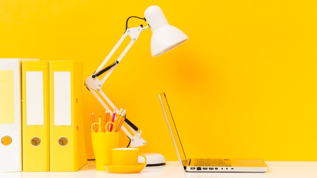 Blisko biurka w interesach żółty