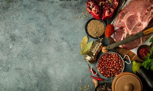 Bliskowschodni lub arabscy tradycja składniki na betonowym tle