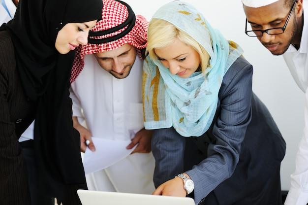 Bliskowschodni ludzie biznesu pracuje wpólnie w nowożytnym biurze