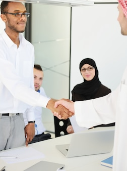 Bliskowschodni ludzie biznesu w nowożytnym biurze