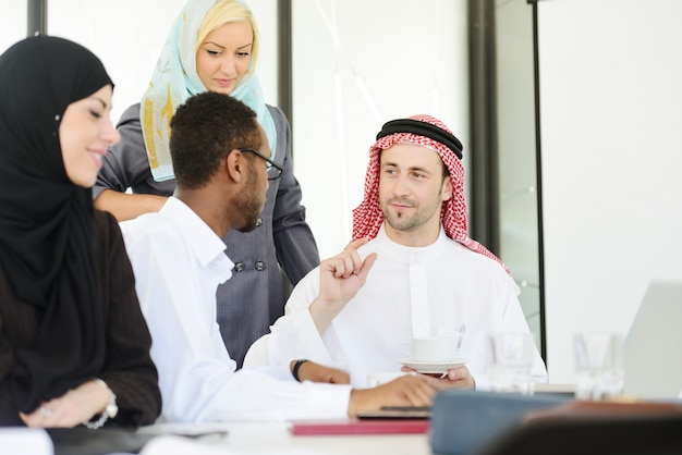 Bliskowschodni ludzie ma biznesowego spotkania przy biurem