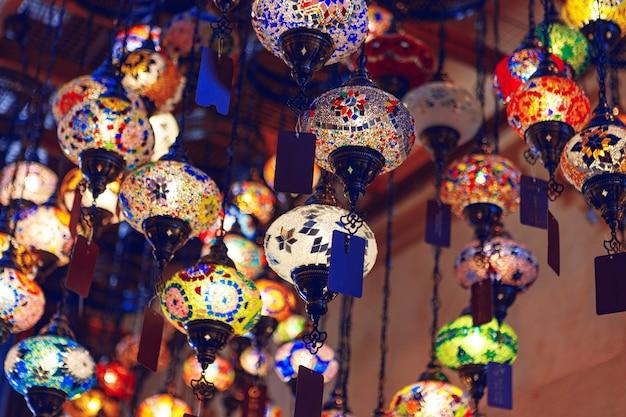 Bliskowschodnie lampy w różnych kolorach wiszące na bazarze