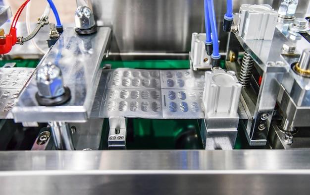 Blister z folii aluminiowej w kolorze srebrnym chroniącym przed światłem na linii produkcyjnej