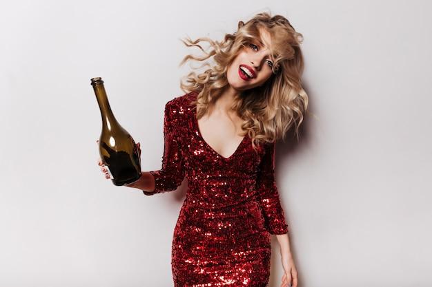 Blithesome ładna kobieta pozuje po imprezie