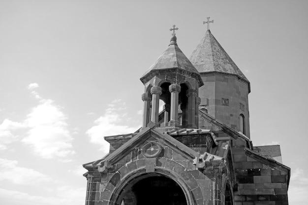 Bliźniacze wieże kościoła prawosławnego na tle nieba