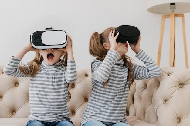 Bliźniaki korzystające z widoku z przodu zestawu słuchawkowego wirtualnej rzeczywistości