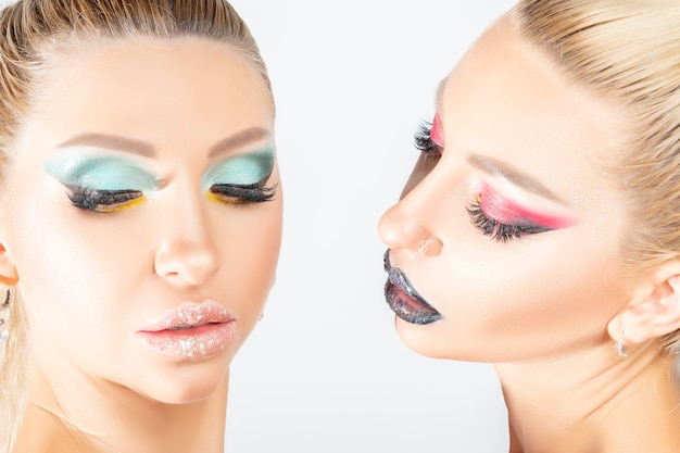 Bliźniaki moda z jasny makijaż pozowanie w studio.