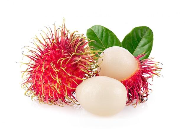 Bliźniarka słodka wyśmienicie owoc z liśćmi na biel ścianie.