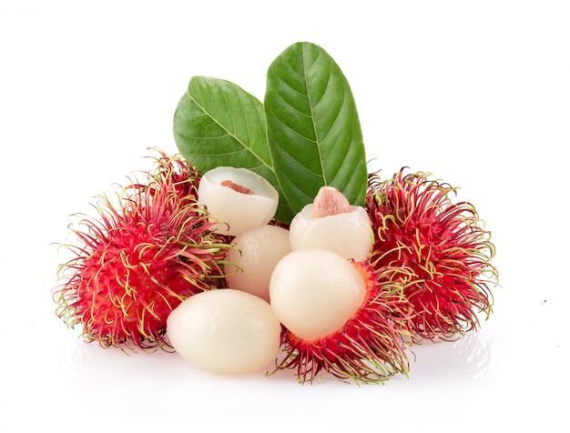 Bliźniarki słodka wyśmienicie owoc z liściem odizolowywającym na białym tle. pełna głębia ostrości