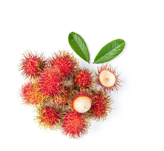 Bliźniarki słodka wyśmienicie owoc z liściem odizolowywającym na białym tle. widok z góry
