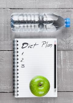 Bloczek z jabłkami i wodą jako pomysł diety na desce