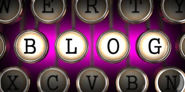 Blog o klawiszach starej maszyny do pisania na różowym tle.