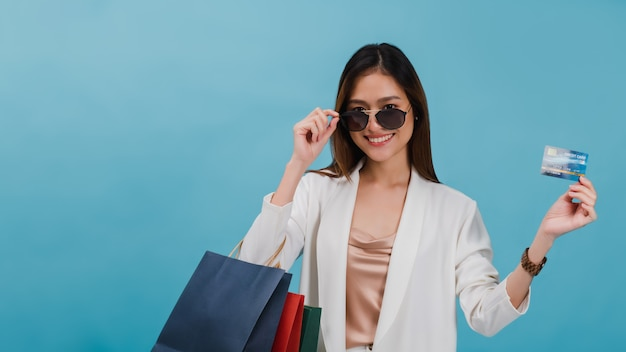 Bloger azjatyckich pięknych kobiet korzysta z zakupów kartą kredytową przez internet