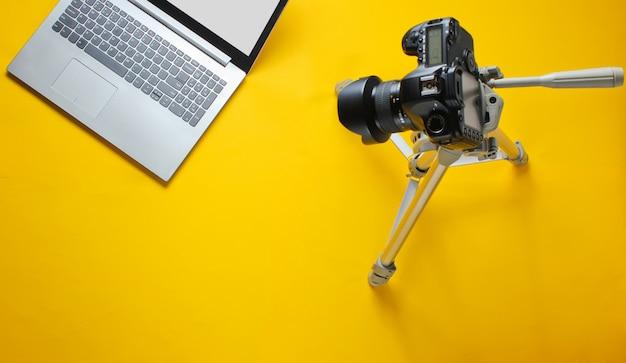 Bloger koncepcyjny online, recenzent. aparat na statywie, laptop. minimalizm.