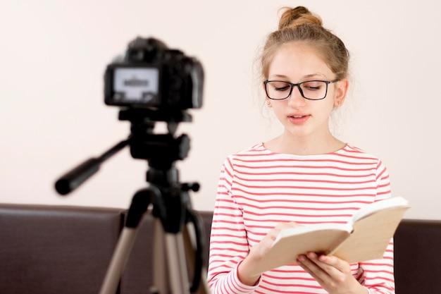 Bloger o średnim ujęciu z czytaniem