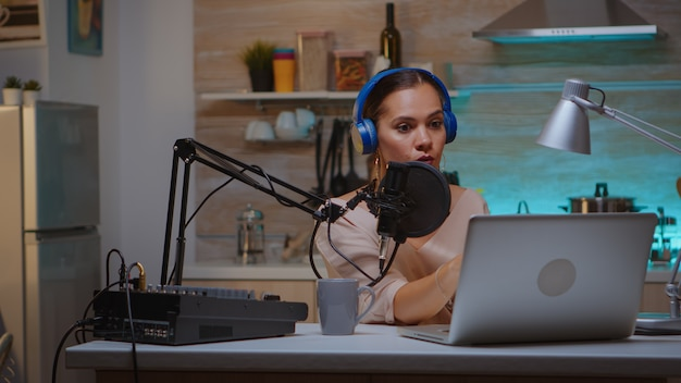 Bloger wideo czytający e-maile i noszący słuchawki podczas transmisji. kreatywny program online produkcje na żywo gospodarz transmisji internetowej przesyłający treści na żywo, nagrywający komunikację w mediach społecznościowych