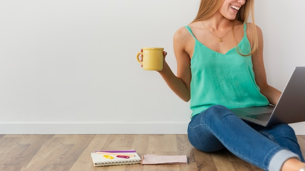 Bloger z bliska pracuje w domu