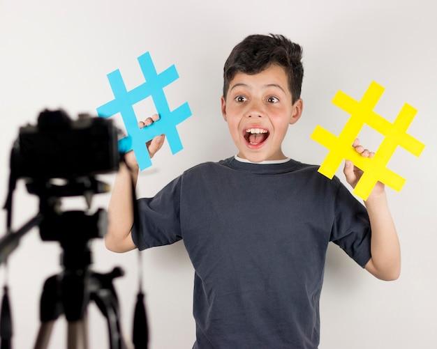 Bloger ze średnim strzałem z hashtagami