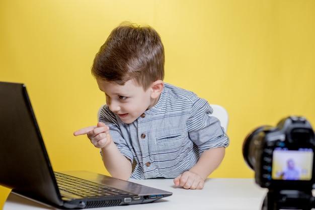 Blogerka dziecięca nagrywa wideo kamerą pracującą z laptopem w domu.