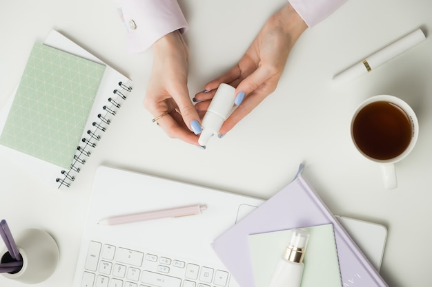 Blogerka lub konsultantka ds. urody. praca zdalna z domu. freelancers laptop, filiżanka kawy.