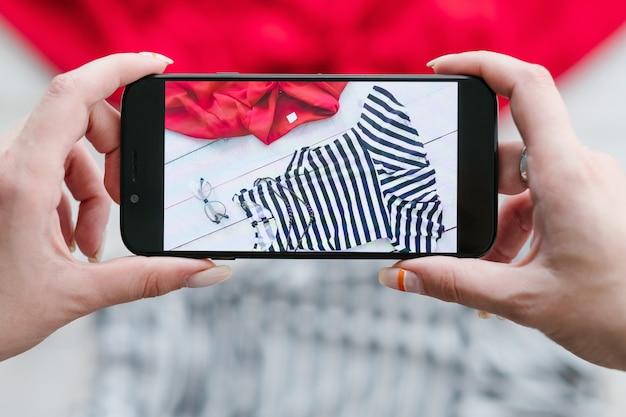 Blogerka modowa robi zdjęcia w mediach społecznościowych
