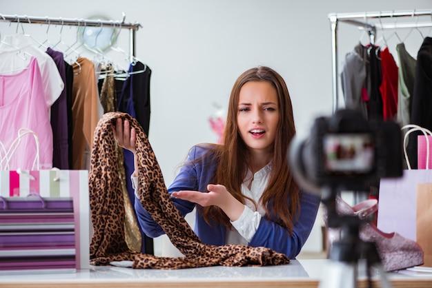 Blogerka mody nagrywa wideo na blogu
