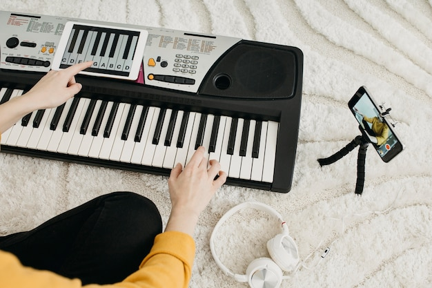 Blogerka, muzyk, przesyłanie strumieniowe ze smartfonem