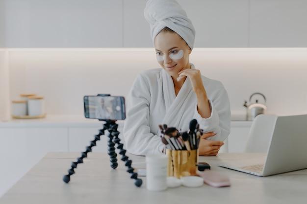 Blogerka nagrywa samouczek wideo dotyczący pielęgnacji skóry