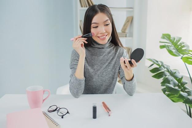 Blogerka piękności robi makijaż