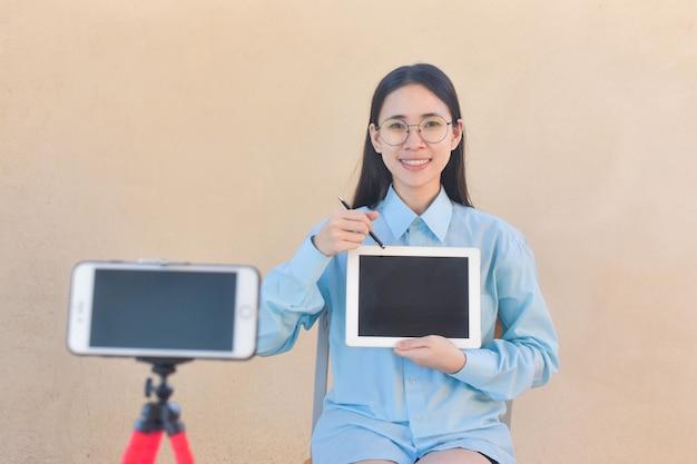 Blogerka powiedz cześć fanowskiej stronie w internecie i szkolącej klasie w internecie