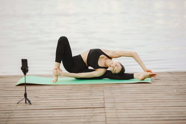 Blogerka uprawiająca zaawansowaną jogę nad wodą