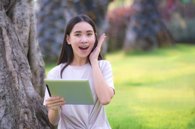 Blogerka urody podekscytowana fanpage'em na portalach społecznościowych