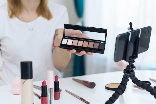Blogerka wideo pokazująca, jak nakładać kosmetyki na twarz. kosmetyki do testów niezwierzęcych.