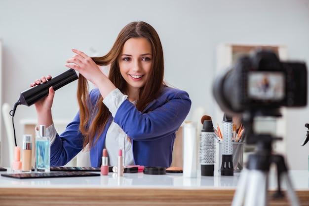 Blogerka zajmująca się modą piękności nagrywa wideo